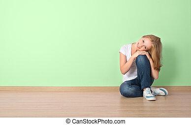 mulher, sala, sentando, parede, em branco, feliz