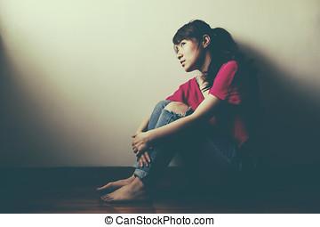 mulher, sala, sentando, triste, sozinha, vazio