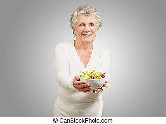 mulher, salada, mostrando, cinzento, fundo, retrato, fresco, sênior, sobre