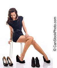 mulher, sapatos, chooses, longo, jovem, cabelo, atraente