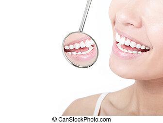 mulher saudável, dentes, e, um, odontólogo, espelho boca