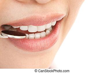 mulher, saudável, espelho, odontólogo, boca, dentes