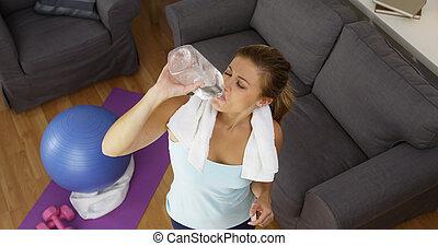 mulher, saudável, malhação, após, jovem, água, bebendo