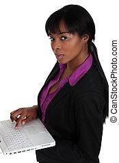 mulher segura computador portátil