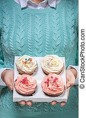 mulher segura, cupcakes, em, mãos, isolado, branco
