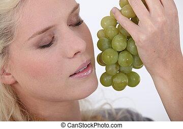 mulher segura, dela, rosto, uvas, logo, grupo