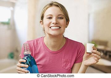 mulher segura, mouthwash