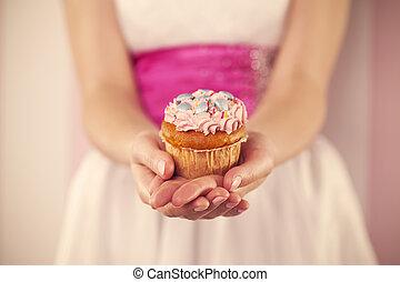 mulher segura, muffin, vestido cor-de-rosa, branca