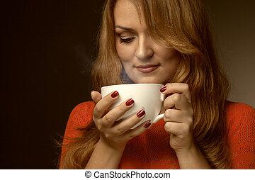 mulher segura, quentes, copo, e, sorrisos