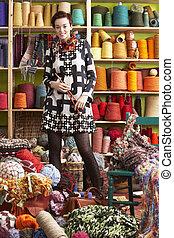 mulher segura, tricotando, agulhas, ficar, frente, fio, exposição