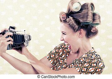 mulher segura, um, câmera vintage