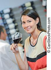 mulher segura, vidro vinho vermelho