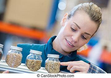 mulher, sementes, trabalhador, mãos