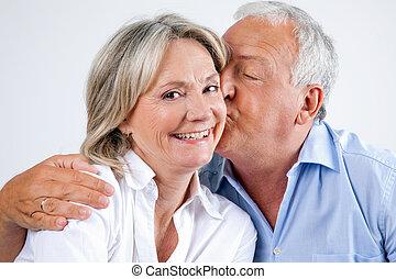 mulher, sendo, carinhosamente, beijado, por, dela, marido
