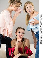 mulher, sendo, intimidou, por, dois, fêmeas