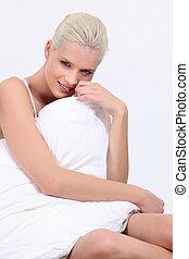 mulher, sentado, coberto, por, duvet