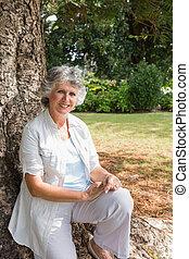 mulher, sentando, árvore, maduras, tronco, Feliz