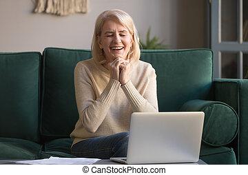 mulher, sentar, velho, laptop, vencedor, frente, sentimento, excitado