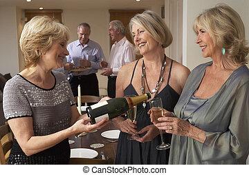 mulher, servindo, champanhe, para, dela, convidados, em, um, partido jantar