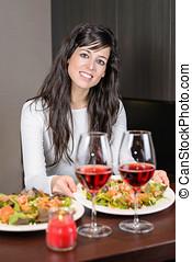 mulher, servindo, jantar