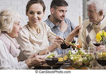 mulher, servindo, jantar, para, dela, família
