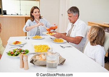 mulher, servindo, jantar, para, família