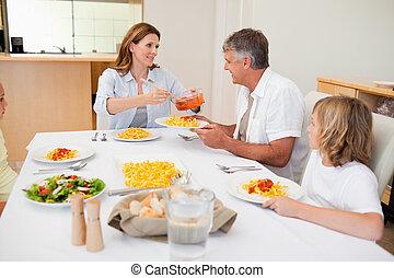 mulher, servindo, jantar, para, faminto, família