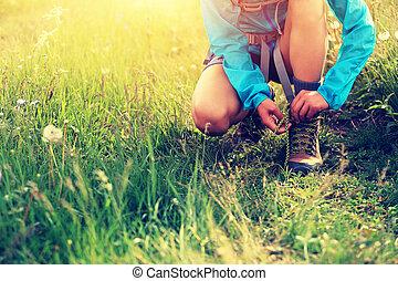 mulher, shoelace, hiker, amarrando, gramado, capim