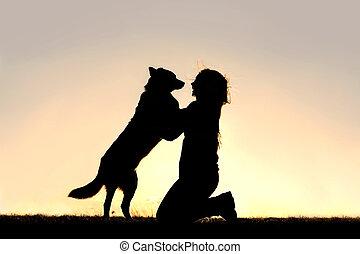 mulher, silueta, cima, cumprimentar, cão, pular, feliz