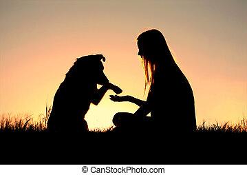 mulher, silueta, dela, cão, mãos sacudindo