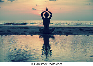 mulher, silueta, ioga, jovem, harmonia, praia, pôr do sol,...
