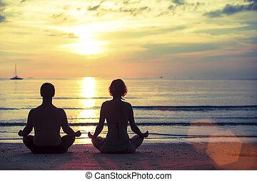 mulher, silueta, loto, prática, jovem, oceânicos, espantoso, homem, durante, posição, ioga, praia, sunset.