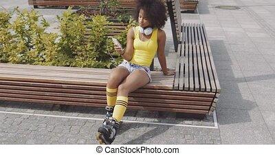 mulher, smartphone, rolos, jovem