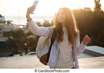 mulher, smartphone, selfie, outono, morena, fazer, sorrindo, roupas