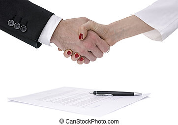 mulher, sobre, contrato, mãos sacudindo, homem