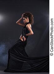 mulher, sobre, longo, escuro, experiência preta, vestido