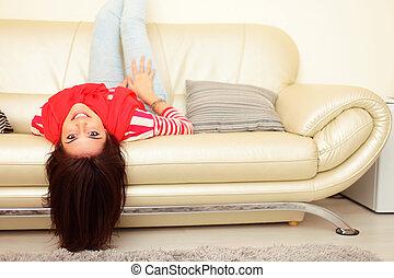 mulher, sofá, jovem, retrato, sorrindo, mentindo, feliz