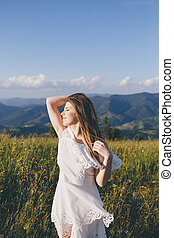 mulher, soprando, bonito, montanha, olhando jovem, vista, divertimento, cima, retrato, tendo, vento, montanhas., natureza, exterior, cabelo, fundo, morena, fim