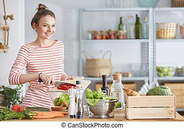 mulher sorri, durante, cozinhar