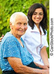 mulher sorridente, ao ar livre, idoso, doutor
