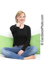 mulher sorridente, apontar, a, câmera