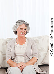 mulher sorridente, aposentado