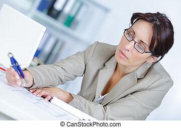 mulher sorridente, arquiteta, escritório, sentando