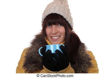 mulher sorridente, bebendo, chá quente, em, inverno