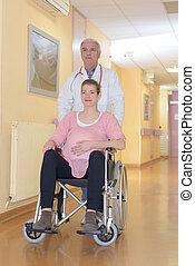 mulher sorridente, cadeira rodas, grávida