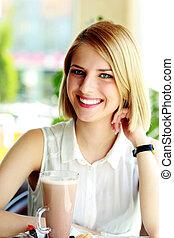 mulher sorridente, café, jovem, sentando