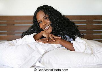 mulher sorridente, cama