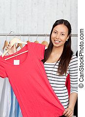 mulher sorridente, camisa, escolher, vermelho