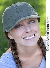 mulher sorridente, chapéu