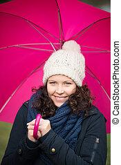 mulher sorridente, com, guarda-chuva